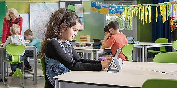 Mädchen am tablet, Klassenzimmer der Zukunft