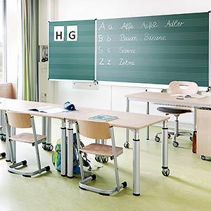 Konzept klassische und ergonomische Schulmöbel