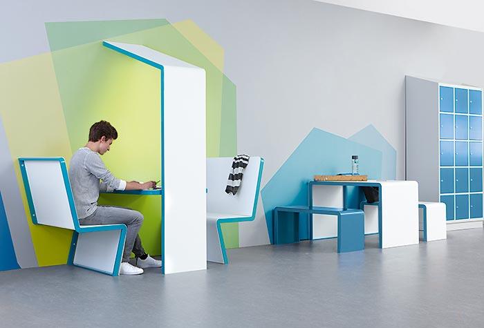 Atmosphärisches Tischhaus als optisches Highlight für den Schulflur