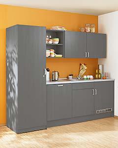 Kleine Küche mit Kühlschrank und Spülmaschine