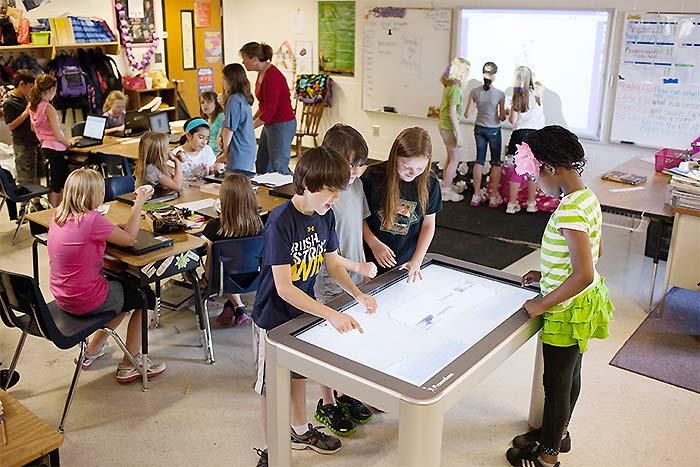 Active Table im Klassenzimmer - begeisterte Schüler und Schülerinnen